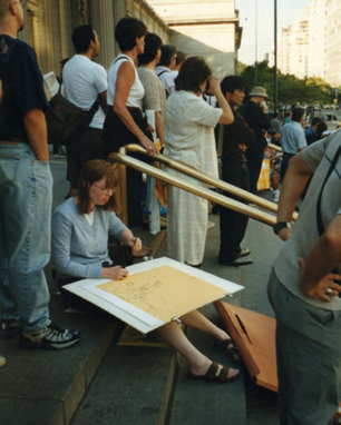 Lucinda Rogers drawing on the steps of New York Metropolitan Museum